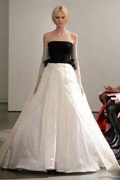 Em Nova York, Vera Wang desfila noivas com vestidos preto e branco e luvas de couro para o verão 2014 | Chic - Gloria Kalil: Moda, Beleza, Cultura e Comportamento