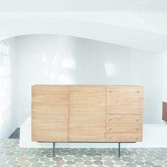 Le style épuré et raffiné de ce designer français enthousiasme le dirigeant de l'usine belge Meurop. Dans les années 60, Pierre Guariche en devient alors le directeur artistique. Il crée des meubles en plastique, mais également en contreplaqué, matière qui compose ce buffet. Grand buffet, meuble en panneau latté, placage teck, 1190 €.