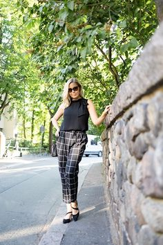 Vika työasu ennen lomaa! | pinjasblog  Feminine office outfit with black bowtie top and checked pants
