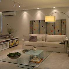 Apartamento para um jovem casal em tons de cinza: Salas de estar minimalistas por Helô Marques Associados