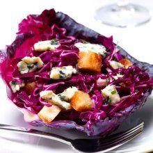 Salade de chou rouge, raisins de corinthe et bleu Saint Agur