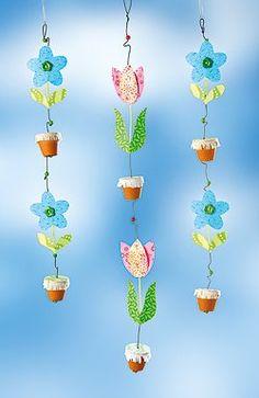 Blumenketten fürs Fenster basteln Spring Crafts For Kids, Diy For Kids, Felt Flowers, Paper Flowers, Mobiles, Board Decoration, Window Art, Teaching Art, Craft Tutorials