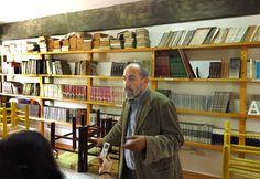 Centro Freinet Prometeo - En la biblioteca del Prometeo el escritor y profesor Juan Sebastián Gatti. - Puebla, México