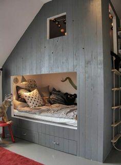 le lit maison en bois gris pour la chambre d'enfant
