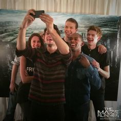 Kaya Scodelario, Dylan O'Brien, Will Poulter, Aml Ameen, Wes Ball and Thomas Brodie-Sangster - Glader Selfie! Maze Runner Trilogy, Maze Runner Cast, Maze Runner The Scorch, Maze Runner Thomas, Maze Runner Movie, Maze Runner Series, Thomas Brodie Sangster, The Scorch Trials, Dylan O'brien