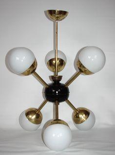 Żyrandol w stylu Sputnik, lata 60. Wykonany z mosiądzu, klosze ze szkła, zachowany w stanie…