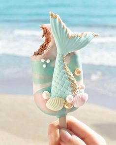 ourmet Mermaid Cake Pop 🐚 Let's go to the beach 🌊 yummy ! Chocolate Cake with sweet milk covered in milk chocolate ✨ Photo by Mermaid Cake Pops, Mermaid Cakes, Cute Food, Yummy Food, Magnum Paleta, Kreative Desserts, Cute Baking, Rainbow Food, Savoury Cake