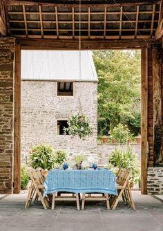 Per realizzare un suggestivo banchetto estivo è necessario solamente scegliere il luogo più interessante della casa. Ne è un esempio questa fattoria di Herefordshire, dove il tavolo a cavalletto si è trasformato nel perfetto piano d'appoggio per il pranzo, incorniciato dalle pareti rustiche del vecchio fienile. Dall'altro lato del parterre si trova la vecchia casa di mungitura della fattoria. A dare un tocco di eleganza ci pensano la tovaglia e il centrotavola. Outdoor Garden Rooms, Outdoor Dining, Dining Area, Outdoor Spaces, Indoor Outdoor, Outdoor Decor, Dining Rooms, Farrow Ball, Coaster Fine Furniture