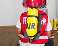 Feuerwehrmann Sam Kinderkostüme selber machen. Wir zeigen euch, wie ihr ganz einfach eine Sauerstoffflasche für ein Feuerwehrmann Sam Kostüm bastelt.