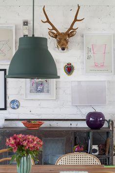 A casa da professora de artes Manuela Alcantara Machado é como um espelho da sua personalidade: leve, criativa e bem-humorada.