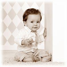Een echt meneertje! #kinder #fotografie #kinderfotografie #ruitjes #behang #kinderfotograafpatrick