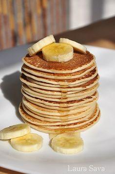 """Astea trebuie sa fie cele mai gustoase pancakes de post din lume, fara nicio exagerare. Cu lapte de soia sau lapte de cocos si cu """"glazura"""" generoasa de miere sau pasta de susan dulce. Si multe, multe bucatele de banana!!! O nebunie!!! Eu le-am facut si cu lapte de soia si cu lapte de cocos, ambele portii in … Vegan Sweets, Vegan Desserts, Healthy Dessert Recipes, Cookie Recipes, Helathy Food, Russian Desserts, Yummy Food, Tasty, Dessert Drinks"""