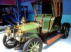 """Rochet-Schneider 9000, voiture routière de 1909 La Rochet-Schneider 9000 12 HP, ce véhicule de collection fut fabriqué de 1909 à 1914, cette Rochet-Schneider 9000 d'une cylindrée de 2.4 L pour 26 ch, carrosserie inspirée des """"taxi-cab"""" hippomobiles londoniens."""