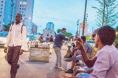 L'État vient d'annoncer de nouveaux centres d'accueil en région parisienne. Si les capacités d'hébergement ont quasi doublé, beaucoup reste à faire pour que les migrants ne dorment plus dans la rue. Et le chemin est encore plus long en matière d'intégration.