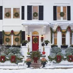 Stunning Outdoor Christmas Lights Decoration Ideas - It's possible to obtain lights in the form of trees or stars. You can also get lights to hang on your property. Christmas lights will always add a bit of magic to your residence. Outside Christmas Decorations, Christmas Porch, Christmas Lights, Christmas Fun, Christmas Budget, Christmas Greenery, Beautiful Christmas, Country Christmas, Outdoor Christmas Decor Porches