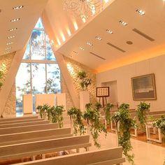 ディアステージ自慢のチャペル    ハワイのデザイナーが手がけたと言われているチャペルです!  外からは自然の光が  あたたかく入り  おふたりと大事なゲストを  優しく包み込みます。    #結婚式 #結婚 #チャペル #つくば #茨城 #バージンロード #装花 #プレ花嫁 #全国のプレ花嫁さんと繋がりたい #白 #リゾート #リゾート婚 #オシャレ