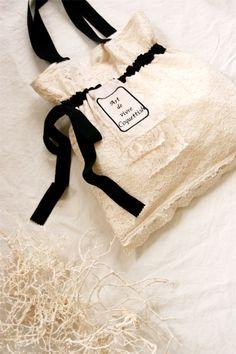 プロローグ展でのプレビュータイム、整理券について 追記をいたしました。こちらからご覧下さい。 本番まであと数日。 今日はフランスから一年ぶりに日... Ruffles Bag, Paper Bag Design, Lace Bag, Fashion Packaging, Potli Bags, Diy Bags Purses, Organza, Fabric Jewelry, Pouch Bag