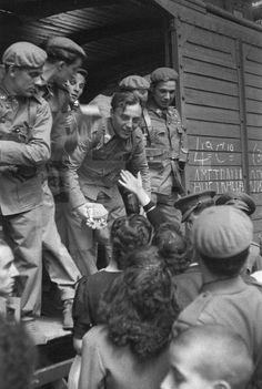 SEGUNDA GUERRA MUNDIAL: SALIDA DE LA DIVISION AZUL: Madrid, 05/07/1941.- Salida de los voluntarios de la División Azul de la Estación del Norte. EFE/Vidal.