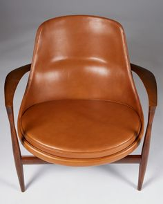 Rosewood and cognac leather. Height of the chair. H: 61 cm/ W: 79 cm/ D: 75 cm/ 29 Seat height: 35 cm/ 13 Dimensions of the stool. H: 36 cm/ W: 56 cm/ D: cm/ 17 Modern Table, Mid-century Modern, Sofa Furniture, Furniture Design, Classic Chairs, Danish Modern Furniture, Wood Design, Armchairs, Queen Elizabeth