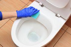 Okker giver frygtelige misfarvninger, som kan være svære at få bugt med. Men med disse rengøringsmidler kan du igen få et pænt badeværelse.