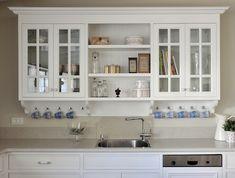ארון לבן מעל הכיור