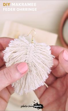 Good Absolutely Free Macrame diy earrings Style Makramee DIY: Makramee Federn als Ohrringe selber machen – ich zeige euch in meiner Makramee Anle Macrame Art, Macrame Projects, Macrame Knots, Macrame Jewelry, Diy Projects, Boho Jewelry, Fashion Jewelry, Gems Jewelry, Jewelry Box