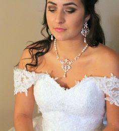 Diese wunderschöne Rose Gold Bridal Erklärung Halskette und Ohrringe von mir erstellte Komponenten in Rose Gold plattiert und mit Tonnen von Swarovski reine Brillanz Cubic Zirkonia Steinen fertig. Fertig mit Swarovski Perlen. Das Endergebnis ist einfach atemberaubend. Glanz und Feuer in den Steinen ist erstaunlich, wie echte Diamanten und es ist überhaupt nicht sperrig. Halskette Design Teil misst 5 Zoll von 2,5 Zoll. Halskette im Bild misst 16,5 Zoll und erstreckt sich auf 18,5 Zoll mit…