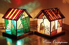 Витражные светильники-домики из стекла в технике Тиффани.