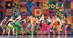 """Espetáculo """"21"""" (1992), do coreógrafo Rodrigo Pederneiras e música de Marco Antônio Guimarães/Uakti. A companhia mineira de dança Grupo Corpo completa 40 anos em 2015 e ganhou uma exposição em sua homenagem no Itaú Cultural. A Ocupação Grupo Corpo 40 Anos fica em cartaz até dia 17 de janeiro de 2016 e exibe mais de mil fotos do dia a dia dos bailarinos, das viagens, ensaios e momentos de lazer da equipe. Há ainda vídeos de alguns espetáculos como o primeiro deles, """"Maria Maria"""" (1976). A…"""