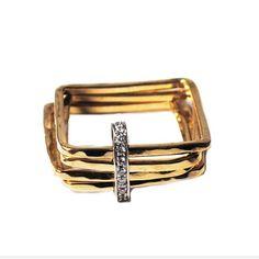 PAVE DIAMANTEN SQUARE VERLOVINGSRING Handgemaakte in 18k goud, een set van vier vierkante ringen gehamerd en samen met een niet-vaste rechthoek met prachtige pave diamanten gekoppeld. Geïnspireerd door de geometrie en Florentijnse architectuur, de vierkante ring is een absoluut