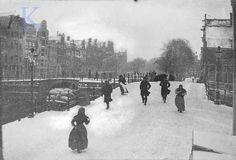 George Hendrik Breitner 1906 . Beschrijving: Brouwersgracht gezien in de richting van het Singel en de brug over de Prinsengracht (rechts). Links in de achtergrond de brug van de Korte Prinsengracht naar Prinsengracht.