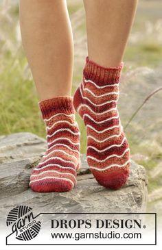 Gestrickte Socken mit Wellenmuster und Streifen in DROPS Fabel. Größe 35 - 43. Kostenlose Anleitungen von DROPS Design.