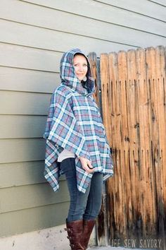 DIY wool cape sewing tutorial Hooded Poncho Pattern, Poncho Pattern Sewing, Fleece Poncho, Wool Poncho, Sewing Patterns, Cape Pattern, Fleece Blankets, Knitting Patterns, No Sew Cape