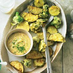 """Frittiertes Gemüse - """"Im Teigmantel stecken Auberginen, Broccoli und Zucchini, die frittiert als köstlicher Snack auf den Sommer einstimmen."""""""