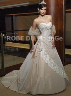 Sans bretelle coeur corsage évasée traîne taffetas dentelle robe de mariée plissée