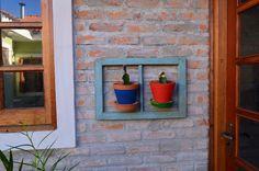 Cactus na moldura de janela antiga.