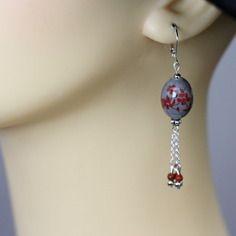 Boucles d'oreille argentées et perle en ceramique grise et rouge