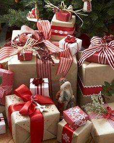 Add Sparkle to the Christmas gifts this year with these upbeat Christmas gift wrapping ideas. Use photo tags, pinecones, pompoms, etc. as gift wrap toppers. Noel Christmas, Christmas Countdown, All Things Christmas, Winter Christmas, Christmas Paper, Christmas Morning, Country Christmas, Christmas Ideas, Christmas Boxes
