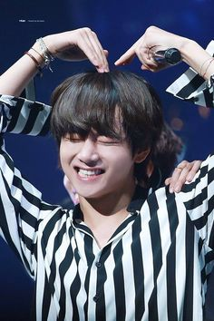 Jungkook a boss one of the richest man of Korea and business man , also a wanted criminal. Taehyung a normal guy with his parents , but his father just could. Bts Taehyung, Jimin, Bts Bangtan Boy, Taehyung Smile, Daegu, Foto Bts, K Pop, V Smile, Bts Kim