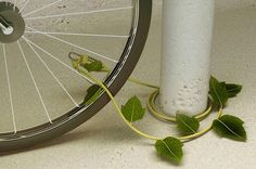 Why does our bicycle need to be connected to light poles by chains like a criminal in prison? Inspired by nature, the design of this cable wire lock is a mimicry of ivy. However, I'm afraid someone would steal your cable lock instead! Cool Bike Accessories, Bike Chain, Design Competitions, Deco Design, Form Design, Back To Nature, Cool Bikes, Cool Gadgets, Dandy