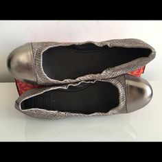 TORY BURCH ANNE MARIE SILVER GRAY METALLIC FLATS TORY BURCH ANNE MARIE SILVER GRAY METALLIC BALLET FLATS, WITH A ELASTICIZED TOPLINE FOR A FIT THAT FEELS CUSTOM. WOVEN LEATHER AND NYLON UPPER, CAP TOE, SILVER GRAY LEATHER CAP TOE, LEATHER LINING, SYNTETIC SOLES, PADDED LEATHER INSOLES FOR ADDED COMFORT. BRAND NEW WITH BOX AND DUST BAG Tory Burch Shoes Flats & Loafers