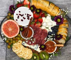 How to make a Stunning Cheese Board. How to make a Beautiful Cheese Board! A stunning cheese and charcuterie board that is equally delicious and stunning to look at! Charcuterie And Cheese Board, Charcuterie Platter, Cheese Boards, Molho Ranch, Appetizer Recipes, Appetizers, Party Food Platters, Meat And Cheese, Meat Cheese Platters
