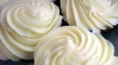 """Já que ontem vimos como decorar um bolo com rosas e falamos do buttercream de chocolate branco, vejamos hoje a receita do buttercream básico, também chamado """"de baunilha"""". O buttercream pode ser usado tanto para cobertura como para recheio, e podemos adicionar-lhe diferentes cores e essências, o que faz dele uma das receitas mais versáteis para as sobremesas. Buttercream significa, literalmente, creme de manteiga, e com certeza vocês vão adorar. Ingredientes:"""