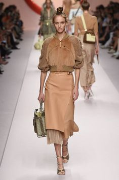 Fendi Spring 2019 Ready-to-Wear-Kollektion - Vogue - Moda Prenses - Willkommen bei Pin World New Fashion Clothes, Trendy Fashion, High Fashion, Fashion Outfits, Womens Fashion, Fashion Trends, Street Fashion, Classy Fashion, Casual Outfits