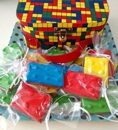 biscoitos lego e maleta lego