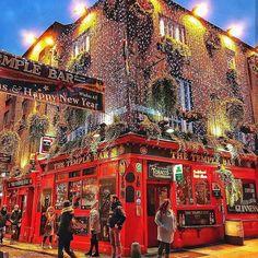 Meeting at Temple Bar 🍺~ Dublin, Ireland   Photo: @cevapyollarda .    #dublin #ireland