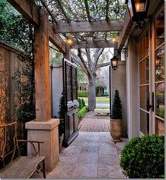 Pergola entry or back/side yard. Perfect solution to those very narrow 0 lot line spaces, the pergola goes right to the fence. This also allows total privacy. Small - You would enjoy this web site, Marsha. Seiten Yards, Outdoor Rooms, Outdoor Living, Outdoor Furniture, Side Yard Landscaping, Landscaping Ideas, Architecture, My Dream Home, Exterior Design