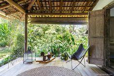 Uma casinha encantadora em Trancoso | Histórias de Casa House In The Woods, Brazil, Home And Garden, Exterior, Patio, Outdoor Decor, Beach Houses, Building Ideas, Montana