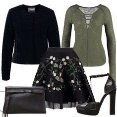 In questo outfit vi propongo un'alternativa per Capodanno ai classici oro, argento e rosso: il verde. La maglia verde è abbinata ad una gonna con fantasia, una giacca senza collo, delle scarpe con plateau e una pochette.