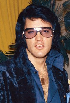 December 1970 - Elvis at George Klain's wedding. Elvis was George's Best Man. Most Beautiful Man, Gorgeous Men, Elvis Und Priscilla, Elvis Presley Hair, Elvis Presley Family, Rock And Roll, Are You Lonesome Tonight, Elvis Presley Pictures, Burning Love